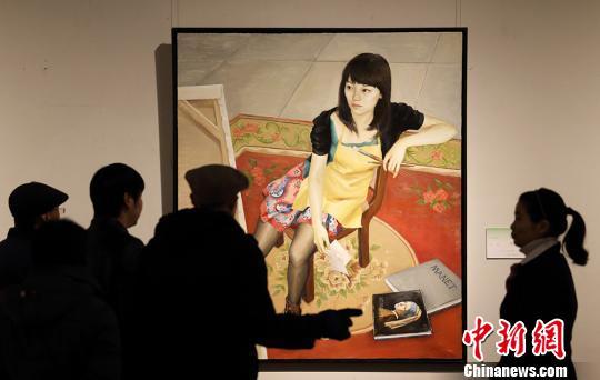 观众被展出的画作吸引。泱波 摄