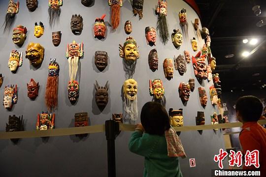 """""""中国傩戏·傩面具艺术展""""吸引小观众。张浪 摄"""