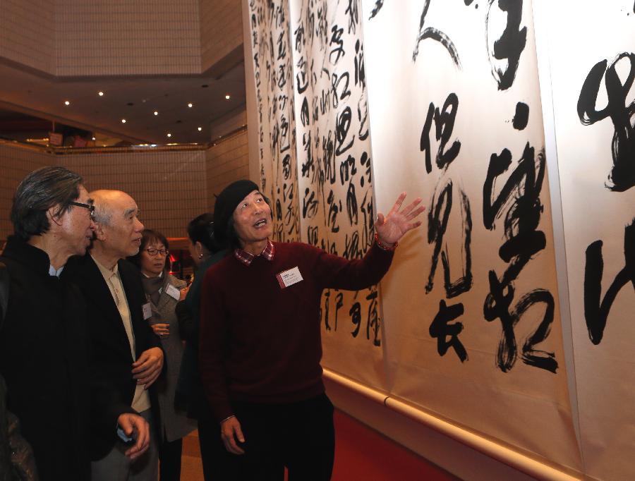 (2)1月21日,王冬龄(右)向嘉宾介绍他创作的大型书法作品《春江花月夜》。