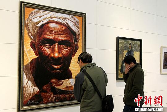 图为重庆美术馆内,罗中立的《父亲》版画首次在渝展出吸引市民参观。周毅 摄