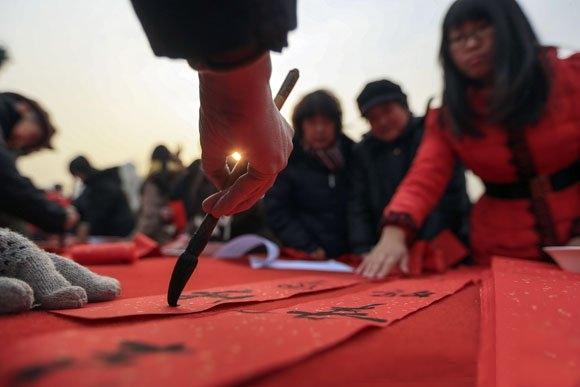 ملصقات السعادة والبركة للعام الجديد تلقى إقبالا متزايدا مع حلول عيد الربيع الصيني