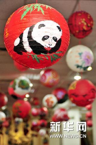 """这是2月5日在台北市社会教育馆举办的""""万马奔腾庆元宵特展""""上拍摄的""""圆仔""""花灯。新华网图片 吴景腾 摄"""