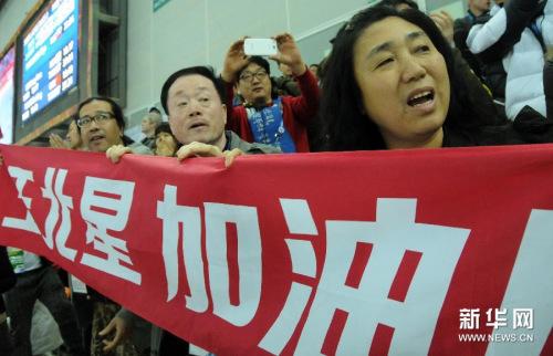 2月11日,王北星父亲王长友(前排右二)和母亲郑桂琴(前排右一)在现场为女儿加油助威。
