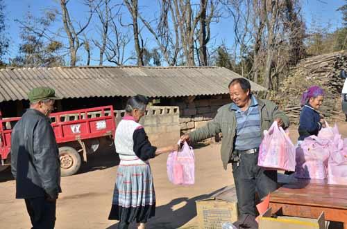村民协助发放春节礼物