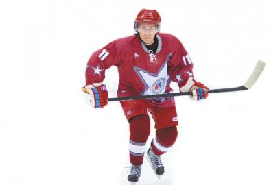 普京在索契打冰球备受瞩目。