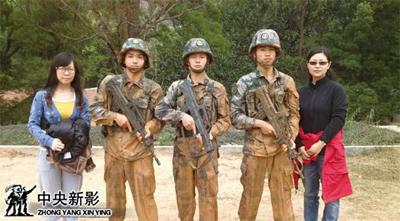 """摄制组成员与""""三八线尖刀英雄连""""战士合影"""
