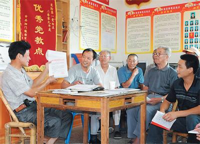 图为余姚市谢家路村党员在教育活动点集体议事。(资料图片)