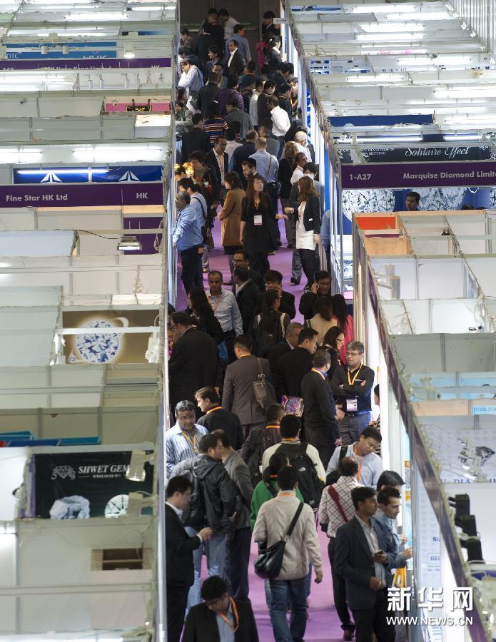 (3)3月3日,观众在香港国际钻石、宝石及珍珠展上参观。
