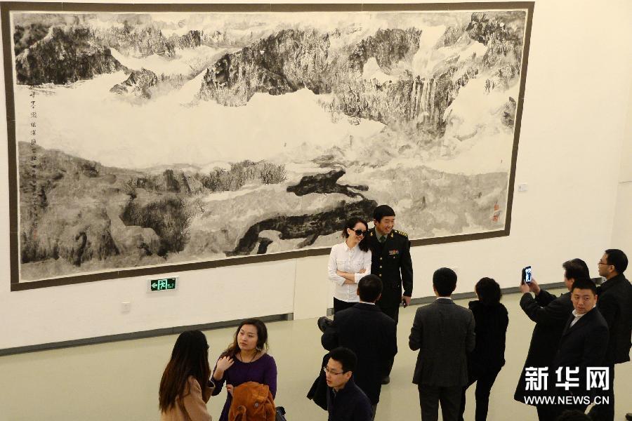 (1)3月6日,观众在欣赏长白山画派油画作品。