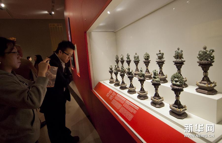 (2)3月5日,在加拿大多伦多安大略省皇家博物馆,观众参观北京故宫博物院藏品。
