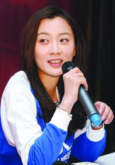 昨天,该剧主演于震携剧中两个老婆徐翠翠,王翊丹来宁接受记者采访.