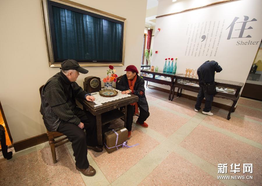 (1)3月11日,69岁的沈安磐(左)和66岁的刘昕坐在参展的民国时期老家具上交谈、怀旧。