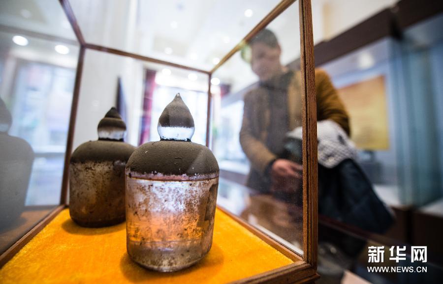 """(3)3月11日,一位南京市民在参观民国时期的""""灭火器""""。"""