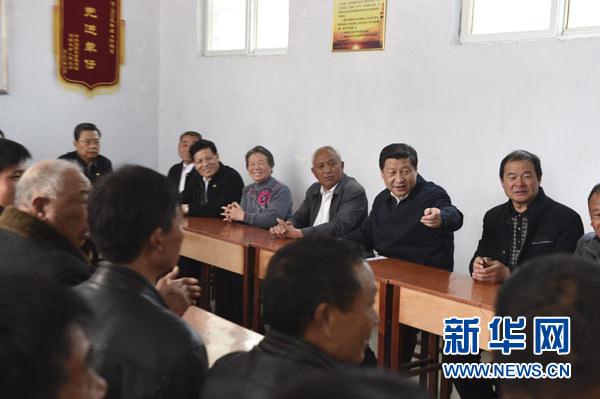 3月17日,习近平在东坝头乡张庄村村委会与干部群众座谈,听取意见和建议。新华社记者 李学仁 摄