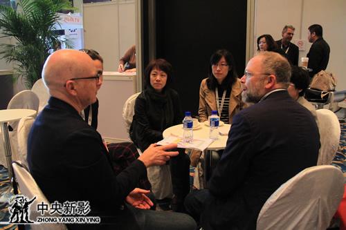 丝瓜成版人性视频app纪录片《色彩中国》合作团队进行沟通交流