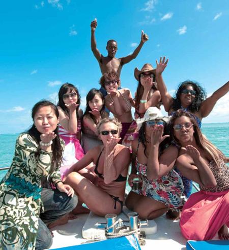 各国游客在冲浪