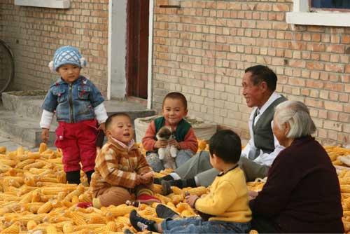在兵团农户家里,坐在金色的玉米棒上,听爷爷奶奶讲故事