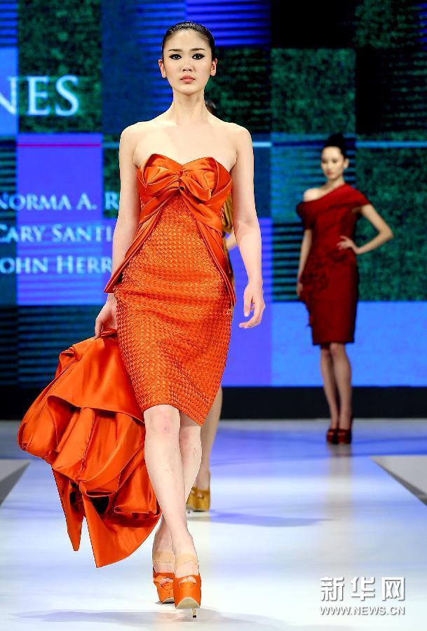 4月8日,模特在展示菲律宾服装设计师的时装作品。