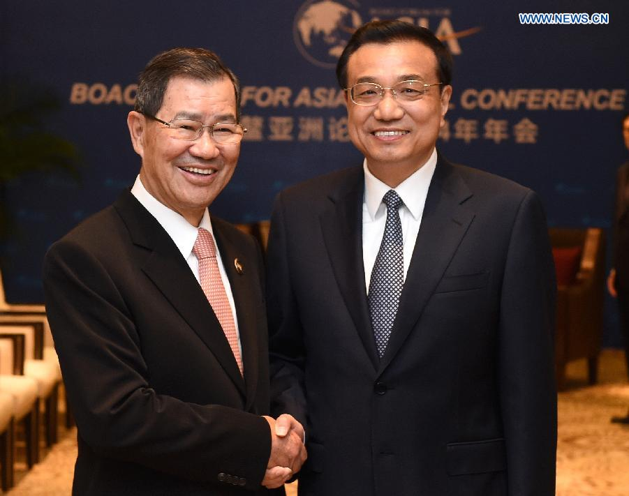 Chinese Premier Li Keqiang (R) meets with Vincent Siew, honorary chairman of Taiwan-based Cross-Straits Common Market Foundation, in Boao, south China