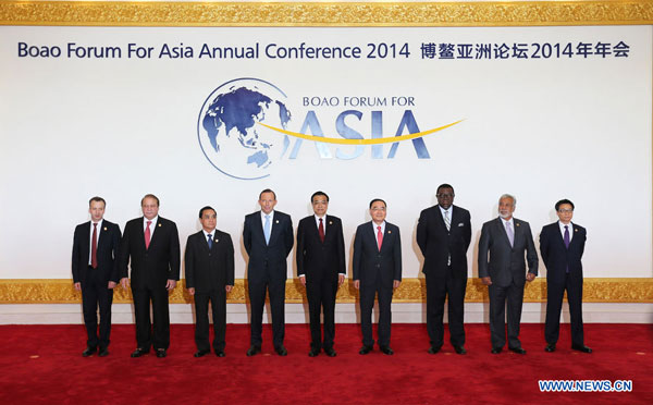 Chinese Premier Li Keqiang (C) poses for a group photo with world leaders before the opening of the Boao Forum for Asia (BFA) Annual Conference 2014 in Boao, south China