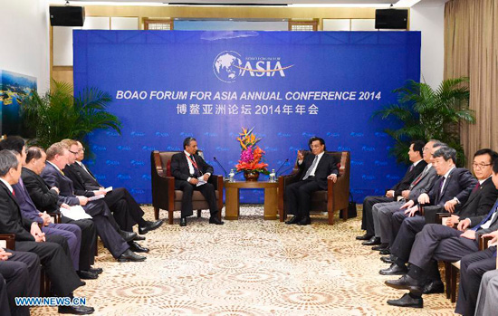Chinese Premier Li Keqiang (center R) meets with representatives of well-known entrepreneurs from home and abroad, attending the Boao Forum for Asia (BFA) Annual Conference 2014 in Boao, south China