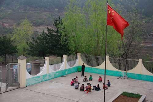 桃花洞小学只有13个孩子和一名老师 学校在村委会二楼