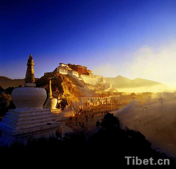 Potala Palace at sunrise. [Photo/China Tibet Online]