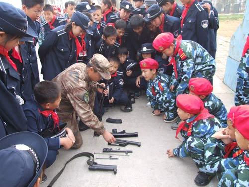 """少年军校学员在听教官讲解枪的使用,""""军人梦""""从这里开始"""