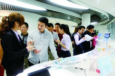 市民在智慧医疗信息消费服务体验区体验。(林广明 摄)