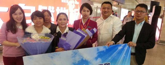 爱心企业代表在机场迎接李国容母女