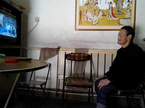 父亲八十多了,看电视是最大的爱好!