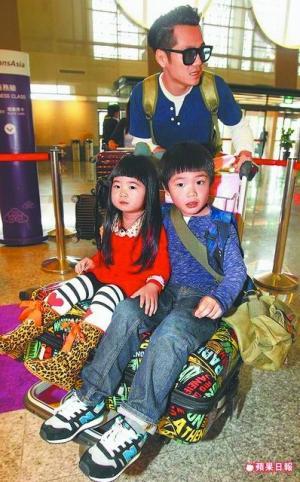 日前,曹格推着一对儿女现身台北松山机场。