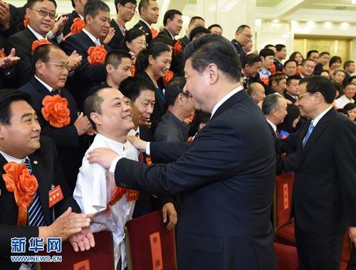 5月16日,党和国家领导人习近平、李克强、刘云山、张高丽等在北京人民大会堂会见第五次全国自强模范暨助残先进集体和个人表彰大会受表彰代表。
