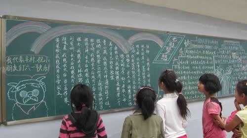 """学生们观看""""中国梦 七彩梦""""宣传栏"""