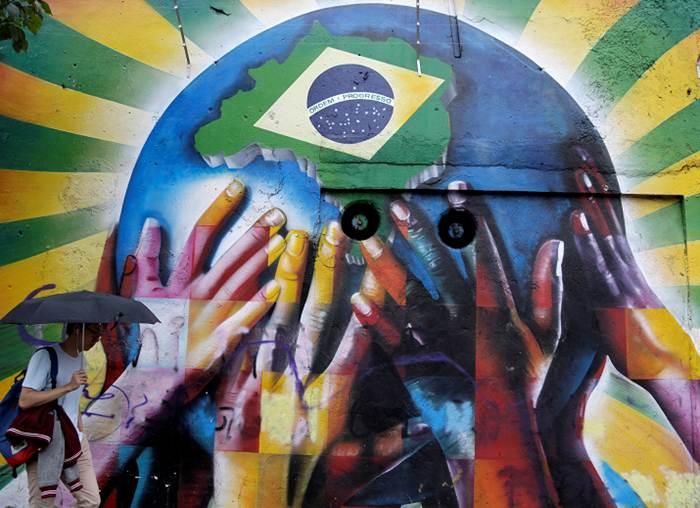 Coloridos graffitis dan vida a ciudades brasileñas durante la Copa Mundial