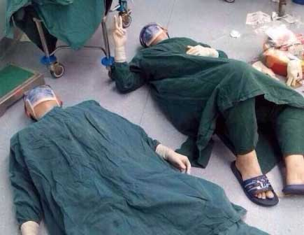 Recently, pictures of three doctors exhausted and lying on the floor went viral online. The three are doctors from a hospital in southeast China's Fujian province, who finished a marathon surgery lasting 32 hours.