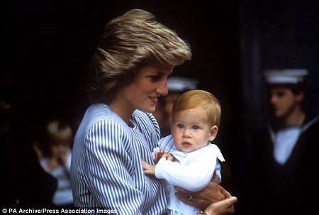 哈里王子和母亲戴安娜王妃(资料图)-哈里王子9月迎30岁生日 将继承