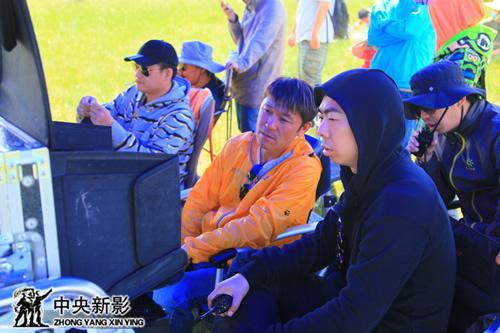丝瓜成版人性视频app总导演路阳和导演曹华在监视器前指挥拍摄