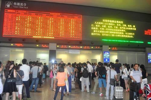 上海航班大面积延误 火车站乘客爆满(图)