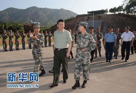 这是7月30日,习近平看望慰问第31集团军某师官兵。记者李刚摄