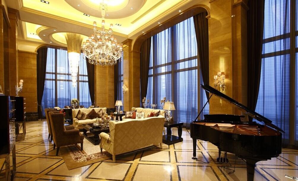 欧式吊灯以水晶样式居多,非常的绚丽夺目,客厅是进门的第一道风景线