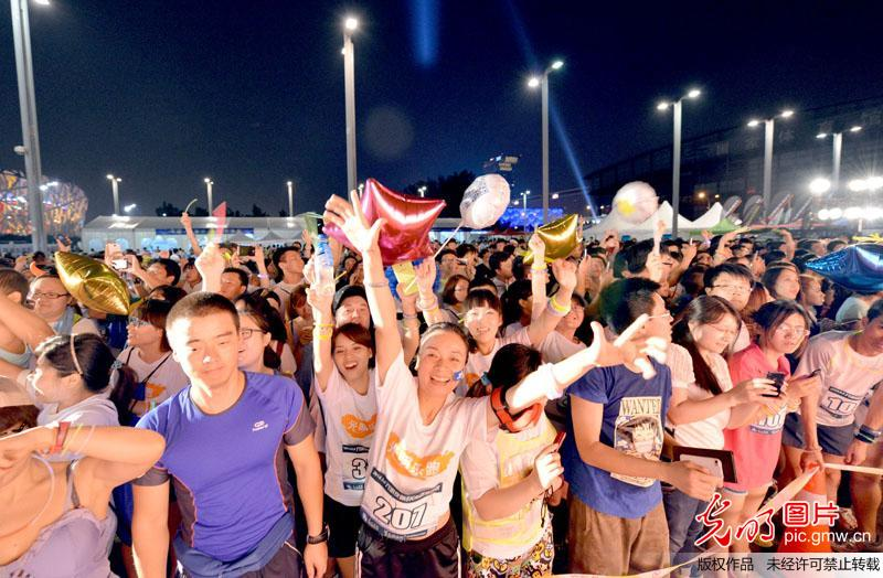 The first Guangming Neon Fun Run and Revelry has just been held on Friday night. Runners gathered together to race past Beijing