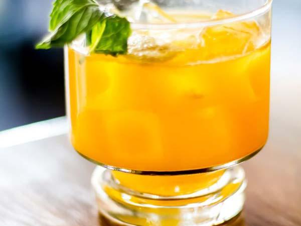 这是一杯由陈年朗姆酒,菠萝,玫瑰花瓣汁等调制的金色鸡尾酒.