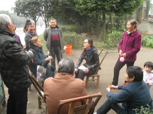 李燕同志深入林盘与群众拉家常、找问题