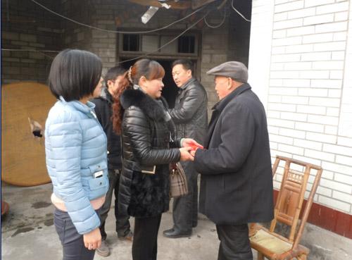 吴秀华同志春节时看望困难群众
