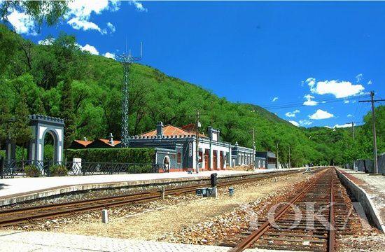 老站边上的詹天佑塑像更像是铁路的守护神,庇佑着这座见证了中国铁路