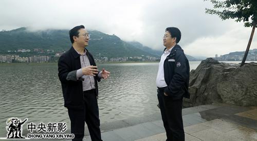 汉丰湖边杨书华与祁美文深入交谈