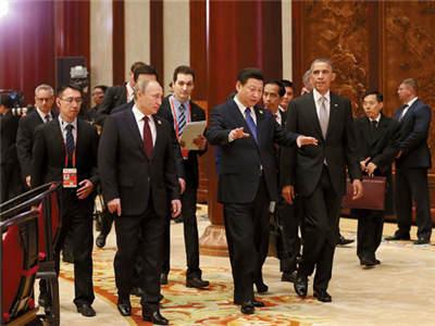 习近平同各经济体领导人或代表步入会场.