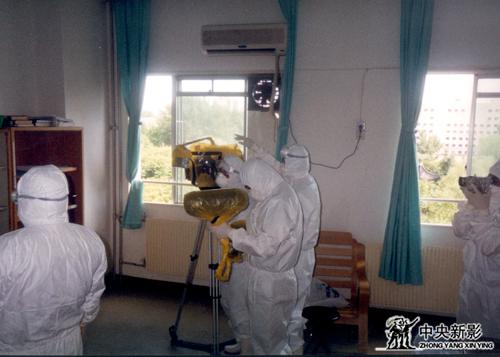 """《灾难时刻》摄制组""""非典""""期间在重症病房拍摄"""