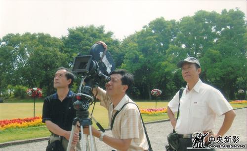 《為了勝利》攝制組在日本東京拍攝